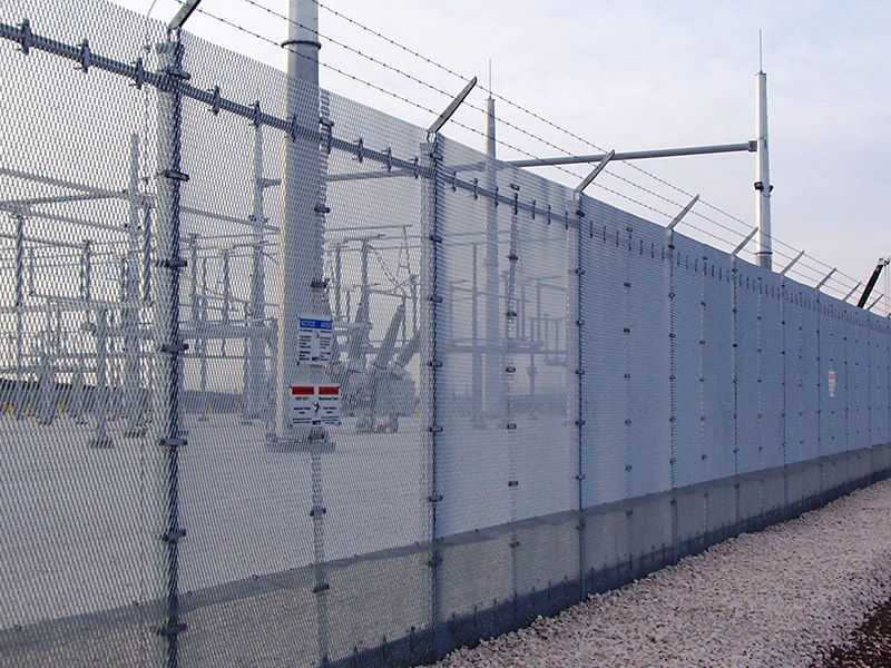 Dover-bound Migrants Scale Calais Security Fence